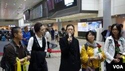 李淨瑜(中)抵達桃園機場舉行記者會(美國之音張佩芝攝)