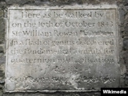 Ảnh: JP / William Rowan Hamilton Plaque / CC BY-SA 2.0