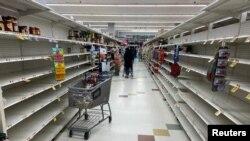 Barang-barang kebutuhan rumah tangga makin minim di rak-rak yang hampir kosong di sebuah supermarket di Washington, DC., 15 Maret 2020. (Foto: Reuters)