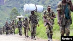Des rebelles du M23 se retirant de la ville de Saké, à l'ouest de Goma, dans l'Est de la RDC, 30 novembre 2012.