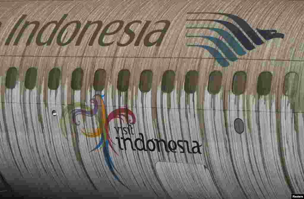 Pesawat Garuda Indonesia di Bandara Adi Sucipto di Yogyakarta yang diselimuti abu dari Gunung Kelud (14/2). (Reuters/Dwi Oblo)