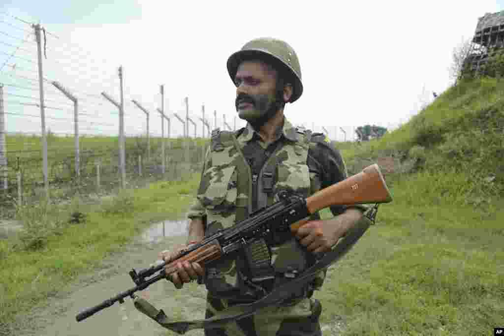 تنش در کشمیر همچنان بالا است. در عکس یک سرباز در مرز با پاکستان دیده می شود. پاکستانی ها به کاهش اختیارات دولت خود مختار کشمیر معترضند و آن را زمینه سازی برای الحاق کامل کشمیر به هند می دانند.