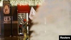 12月27號土耳其警察在伊斯坦布爾市中心用水砲和催淚瓦斯驅散反政府抗議民眾