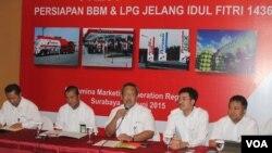 Pertamina Marketing Operation Region V memberikan keterangan pers terkait kesiapan pasokan BBM dan LPG selama Ramadan dan Idul Fitri (Foto: VOA/Petrus RIski)