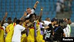 Les Aigles du Mali célèbrent avec leur entraîneur Alain Giresse après la victoire contre les Black Stars du Ghana en match disputé pour la troisième place de la CAN 2012 à Malabo, Guinée équatoriale, 11 février 2012.