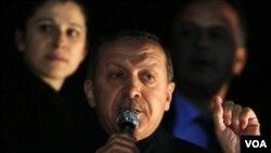 ນາຍົກລັດຖະມົນຕີເທີກີ ທ່ານ Recep Tayyip Erdogan ກ່າວຕໍ່ຜູ້ສະໜັບສະໜູນທ່ານ ທີ່ສະໜາມບິນ Ankara.