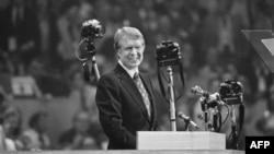 吉米.卡特1976年7月15日在纽约召开的民主党全国代表大会上向人群微笑
