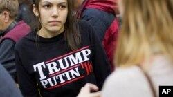 """Một phụ nữ mặc áo phông in chữ """"Trump Putin '16"""" trong lúc đợi ông Donald Trump phát biểu ở trường Đại học Plymouth, Plymouth, New Hampshire, 7/2/2016."""