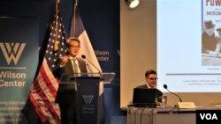 빅터 차 미국 전략국제문제연구소(CSIS) 한국석좌(왼쪽)가 24일 워싱턴의 민간 연구기관인 '우드로윌슨센터'에서 미국의 아시아 정책에 관한 토론회에 참석했다. 차 석좌는 최근 미국과 아시아 동맹의 기원을 다룬 새 저서 'Powerplay: The Origins of the American Alliance System in Asia'를 출간했다. 오른쪽은 제임스 퍼슨 우드로윌슨센터 코디네이터.