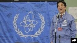 지난해 12월 일본 후쿠시마 원전 운영사인 도쿄전력 비상운영실을 방문한 아베 신조 총리. (자료사진)