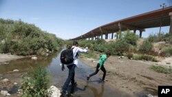 Di dân băng qua Rio Grande vào lãnh thổ Mỹ, trình diện nhà chức trách để xin tị nạn.