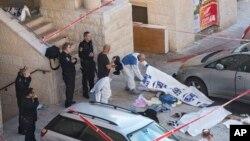 警方法醫官現場檢視被擊斃的巴勒斯坦人