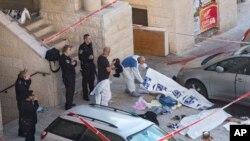 18일 이스라엘 회당에 총기 테러가 발생한 가운데, 회당 입구에 경찰에 사살된 테러범들의 시신이 놓여있다.
