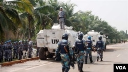 Pasukan perdamaian PBB berpatroli di luar hotel tempat tinggal Presiden terpilih Alassane Outtara di ibukota Abidjan.