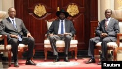 Le président sud-soudanais Salva Kiir au centre, pose pour une photographie avec le vice-président et le second vice-président, à Juba, Soudan du sud, le 26 juillet 2016.