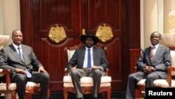 Le président sud-soudanais Salva Kiir (au centre), avec le vice-président et le second vice-président, Juba, Soudan du sud, le 26 juillet 2016.