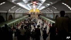 지난 1일 북한 평양의 지하철역 승강장으로 열차가 들어오고 있다. (자료사진)