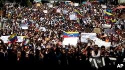 Sinh viên hô khẩu hiệu chống Tổng thống Venezuela Nicolas Maduro trong một cuộc tuần hành ở Caracas.