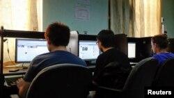 Anak muda Burma menggunakan internet di sebuah internet cafe di Rangoon (foto: dok). Beberapa kantor kementerian Burma akan beroperasi secara online mulai pekan ini.