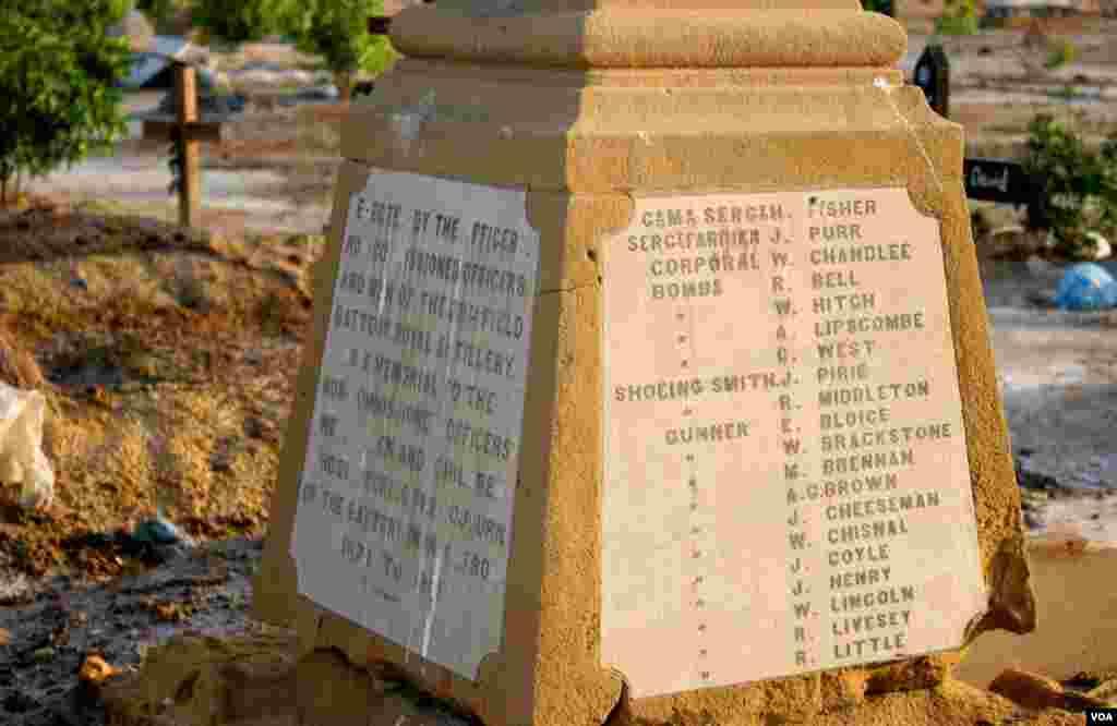 اجتماعی قبرکے کتبے کا ایک رخ،بیس انگریزفوجی افسروں کے نام نمایاں ہیں جبکہ کتبے کے دوسری جانب بھی اسی طرح کئی نام درج ہیں