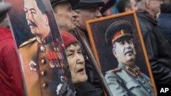 러시아 공산당원들이 지난해 노동절 기념식에서 옛 소련 지도자 이오시프 스탈린의 초상을 들고 행진하고 있다. (자료사진)
