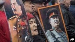 مرکز لوادا افزایش احساسات مثبت نسبت به نقش استالین در جنگ جهانی دوم را به درگیریهای کنونی روسیه ارتباط میدهد.