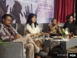 Dari kanan ke kiri: Direktur Nusantara Institute Sumantho Al Qurtuby, pengamat militer Susaningtyas Nefo Handayani Kertopati dan Direktur Pencegahan BNPT Hamli saat berdiskusi di Jakarta, Kamis (20/6/2019). (VOA/Sasmito)