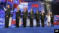 Os 8 candidatos republicanos em saudação ao hino nacional, momentos antes do início do debate desta Terça-feira