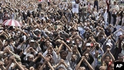 ພວກປະທ້ວງຕໍ່ຕ້ານລັດຖະບານເຢເມນທີ່ໂຮມຊຸມນຸມຢູ່ນະຄອນຫຼວງ Sana'a ໃນວັນສຸກທີ 10 ມິຖຸນາຮຽກຮ້ອງ ໃຫ້ປະທານາທິບໍດີ Ali Abdullah Saleh ລາອອກ.