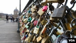 'Love Locks,' gestures of love on the Pont de l'Archeveche bridge, near the Notre Dame Cathedral, Paris, Dec. 6, 2012. (Brian Allen/VOA)