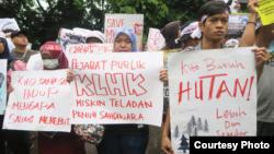 Aliansi Cagar Alam Jawa Barat berunjuk rasa di depan KLHK, Jakarta, Rabu (6/3/2019) siang, menuntut pemerintah mencabut SK penurunan status Kamojang dan Papandayan. (Courtesy: Walhi)
