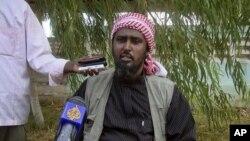 ນາຍ Ali Mohamud Rage ໂຄສົກກຸ່ມ Al-Shabab ໃຫ້ສໍາພາດຂ່າວ ຢູ່ນະຄອນຫລວງ Mogadishu ຂອງ Somalia, ຂົ່ມຂູ່ຈະໂຈມຕີເຄັນຢາ, ວັນທີ 17 ຕຸລາ 2011.