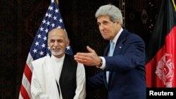Menteri Luar Negeri AS John Kerry bersama kandidat presiden Afghanistan Ashraf Ghani dalam pertemuan di Kabul (11/7).
