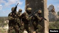 12일 소말리아 남부 키스마유에서 아프리카연합 소속 케냐 군인들이 순찰 중이다.