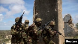 Tentara Kenya sebagai bagian dari Misi Afrika di Somalia (AMISOM) mengamankan wilayah bandara lama di kota pesisir Kismayo, Somalia Selatan, 12/11/ 2013.