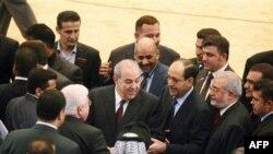 Cựu Thủ tướng Ayad Allawi (giữa, bên trái) và Thủ tướng Nouri al-Maliki (giữa, bên phải) sau phiên họp Quốc hội đầu tiên của Iraq tại Baghdad, ngày 14/6/2010
