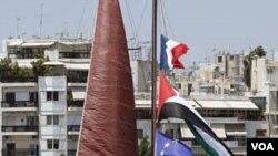 Kapal bantuan untuk Gaza berbendera Perancis, Palestina, dan Uni Eropa tampak berlabuh di pelabuhan Pireaus, dekat Athena, Yunani (4/7).