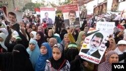 Para pendukung Mohamed Morsi di Kairo melakukan protes dukungan terhadap mantan Presiden Mesir yang digulingkan itu.