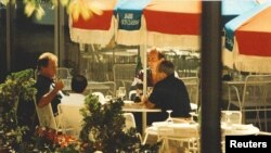 "Dari kiri ke kanan: Francis ""Cadillac Frank"" Salemme, Stephen Flemmi, Francis Salemme Jr dan Luigi Manocchio hasil dari foto pengintaian pemerintah AS yang diambil pada tahun 1993 (foto: Kantor Kejaksaan AS via Reuters)"