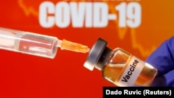 """""""COVID 19 ကာကြယ္ေဆး"""" လို႔ တံဆိပ္တပ္ထားတဲ့ ေဆးပုလင္းတပုလင္း။ (ဧၿပီ ၁၀၊ ၂၀၂၀)"""