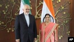 Menlu Iran Javad Zarif (kiri) bertemu Menlu India Sushma Swaraj di New Delhi, India, Selasa (14/5).