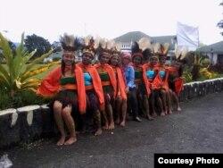 Erissa (baju biru) bersama mahasiswanya seusai menari Balada Cendrawasih. Tarian ini diciptakan Erissa untuk acara HUT kota Wamena. (Foto courtesy: Erissa)