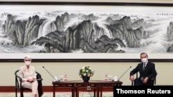 웬디 셔먼 미 국무부 부장관과 왕이 중국 외교부장이 26일, 중국 톈진에서 고위급 대화를 진행했다.