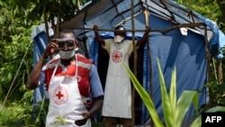 Petugas kesehatan berjaga di desa Mirami, Mpondwe, perbatasan antara Uganda dan Republik Demokratik Kongo, 14 Juni 2019. (Foto: dok).