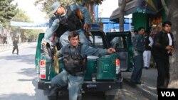 Petugas keamanan Afghanistan mengamankan lokasi serangan di Kabul, Selasa (13/9).