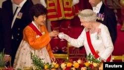 영국을 국빈 방문 중인 박근혜 한국 대통령(왼쪽)이 한복을 입고 엘리자베스 여왕이 주최한 국빈 만찬에 참석했다.