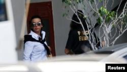 Adriana Ancelmo, esposa del exgobernador de Río, Sergio Cabral, llega a la sede de la Policía Federal en Río de Janeiro, para rendir testimonio.