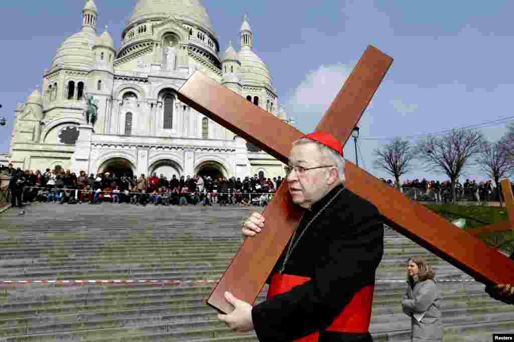 El arzobispo de Paris, cardenal Andre Vingt-trois, carga la cruz frente a la Basílica del Sagrado Corazón en Montmartre.