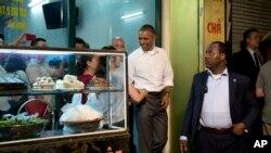 Tổng thống Obama rời quán Hương Liên sau khi thưởng thức món bún chả nổi tiếng của Hà Nội cùng với Anthony Bourdain, ngày 23/5/2016.