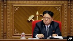 북한 김정은 국방위원회 제1위원장이 9일 평양 4.29 문화회관에서 열린 7차 노동당 대회에서 대의원들의 발언을 듣고 있다.